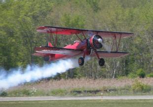飛び立つ複葉機